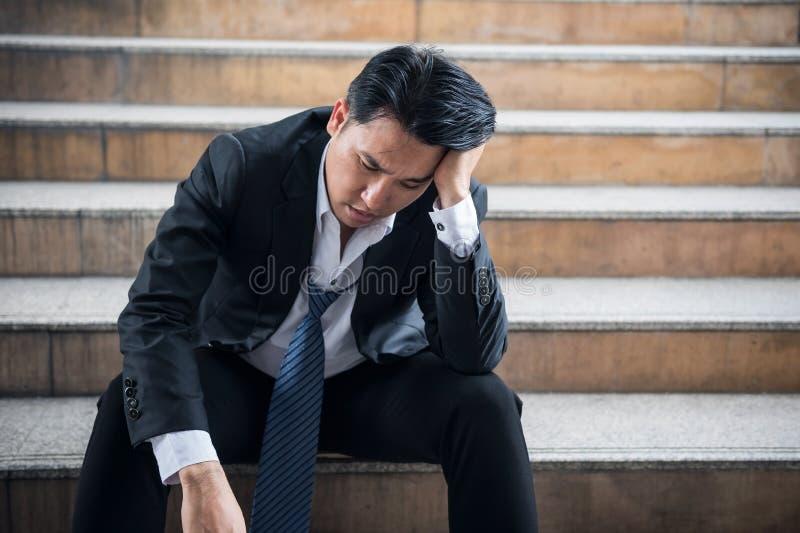 Portret van spannings wanhopige hogere zakenman stock fotografie