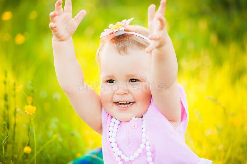 Portret van speels grappig kind bij zonnige weideachtergrond stock fotografie