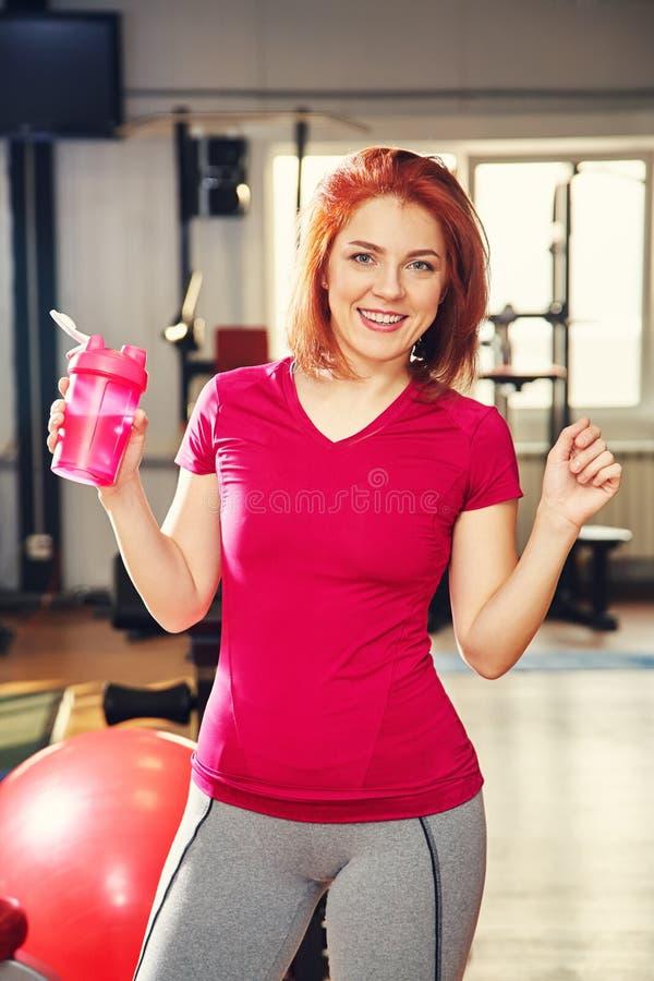 Portret van sportieve geschiktheidsvrouw in gymnastiek Opgeleid vrouwelijk lichaam stock fotografie