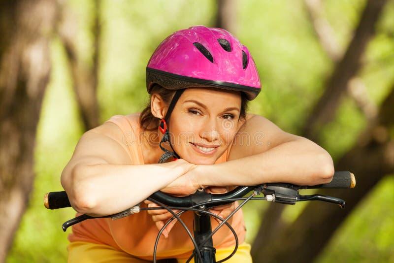 Portret van sportieve vrouw die rust na het cirkelen hebben stock fotografie
