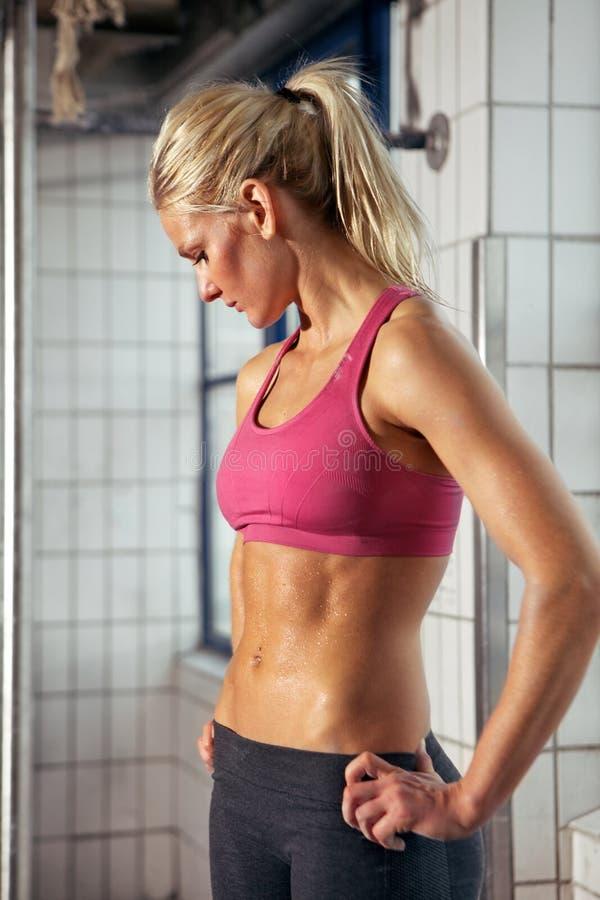 Portret van Sportieve Vrouw in Gymnastiek stock afbeelding