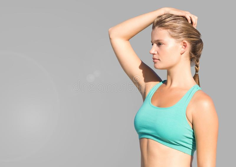 Portret van sportieve vrouw met grijze achtergrond stock fotografie