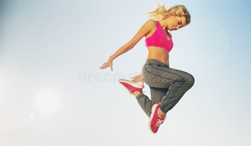 Portret van springende geschikte vrouw stock afbeeldingen