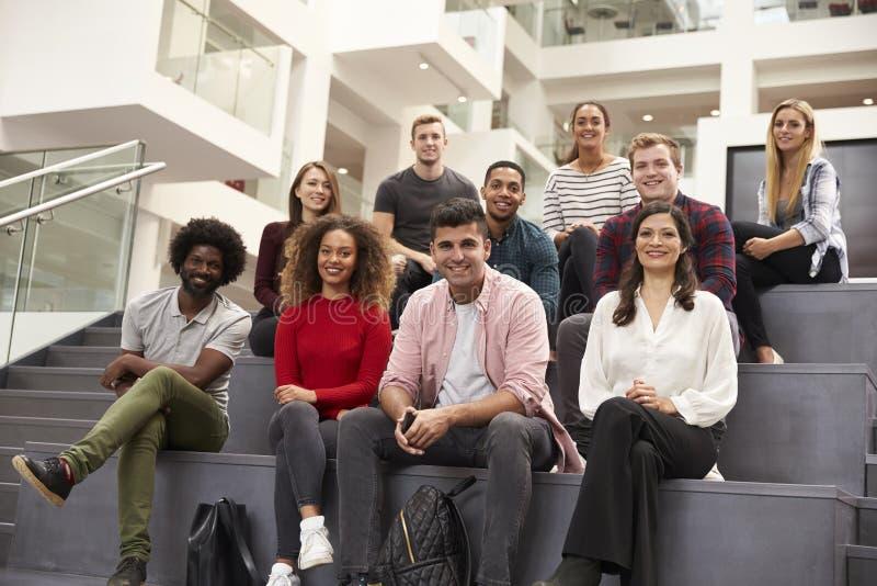 Portret van Student Group On Steps van de Campusbouw stock foto's
