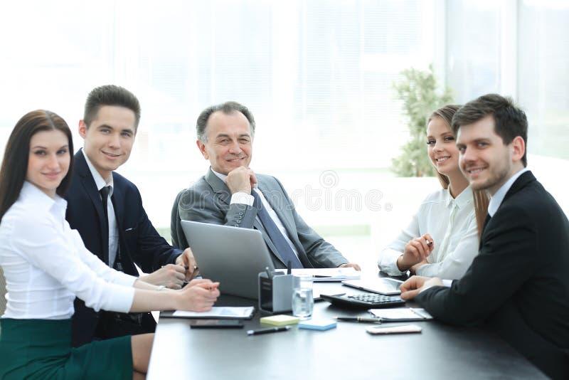 Portret van succesvol commercieel team in de werkplaats stock afbeelding