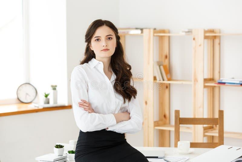 Portret van succesvolle die onderneemster met wapens op het kantoor worden gekruist Rijpe professionele vrouw die camera bekijken royalty-vrije stock fotografie