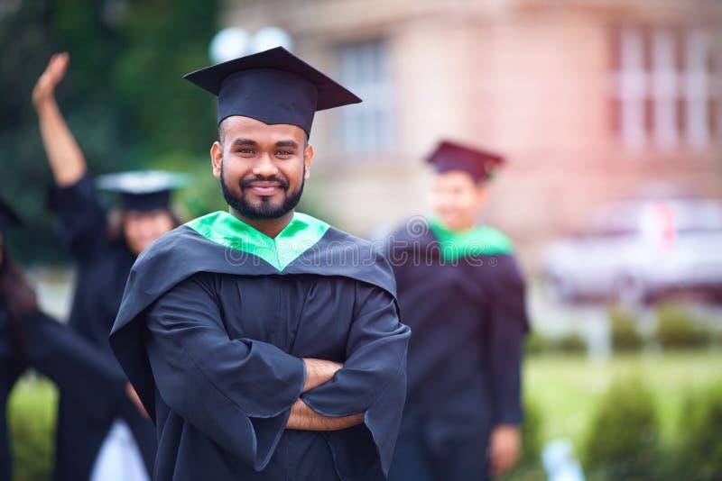 Portret van succesvolle Indische student in graduatietoga royalty-vrije stock afbeelding