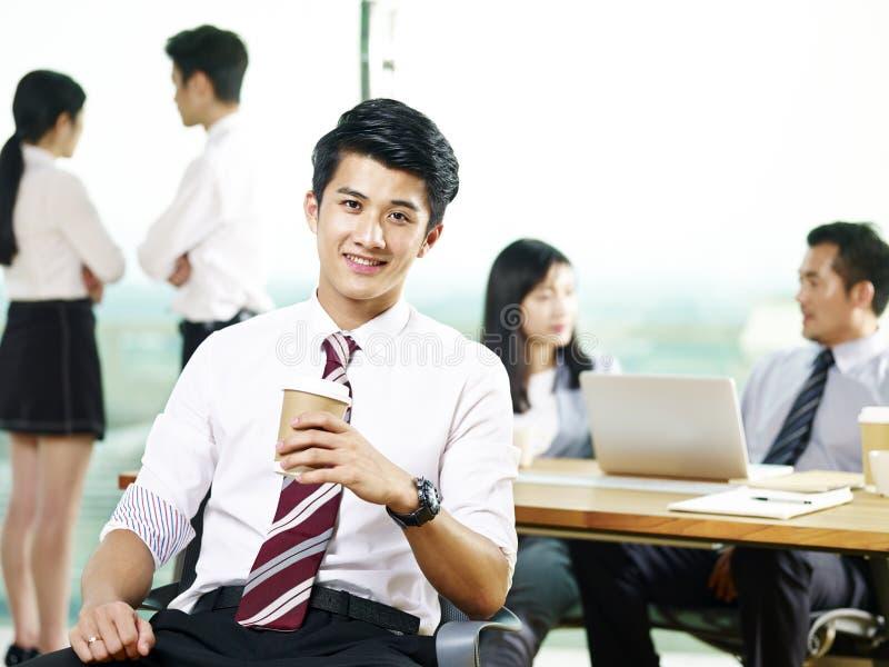 Portret van succesvolle jonge Aziatische zakenman stock afbeeldingen