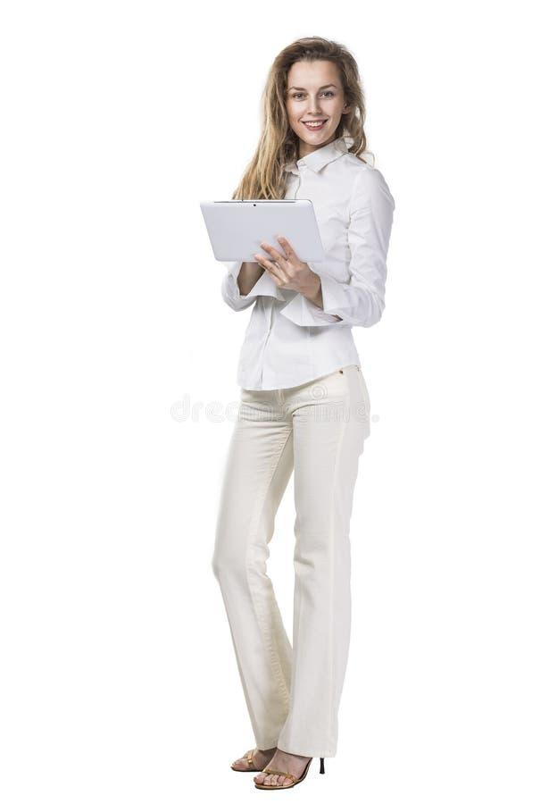 Portret van succesvolle onderneemster met digitale tablet op witte achtergrond stock afbeelding