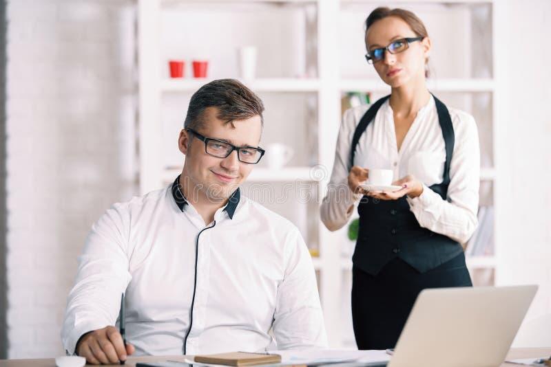 Portret van succesvolle zakenman met secretaresse stock fotografie