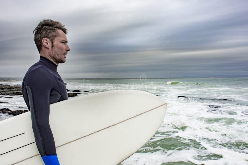 Portret van Surfer die de Oceaan bekijken royalty-vrije stock afbeeldingen