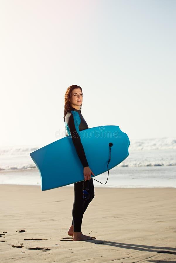 Portret van surfervrouw met bodyboard royalty-vrije stock foto's