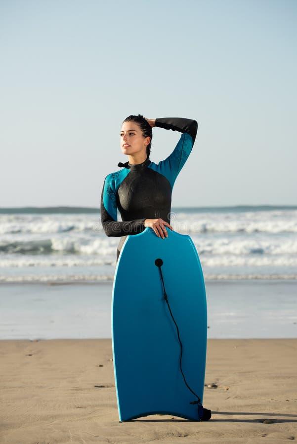 Portret van surfervrouw met bodyboard tegen het overzees royalty-vrije stock afbeelding
