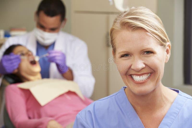 Portret van Tandarts And Dental Nurse in Chirurgie stock fotografie