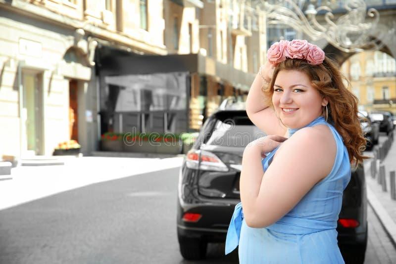 Download Portret Van Te Zware Vrouw Met Kroon Stock Afbeelding - Afbeelding bestaande uit plus, straat: 107702935