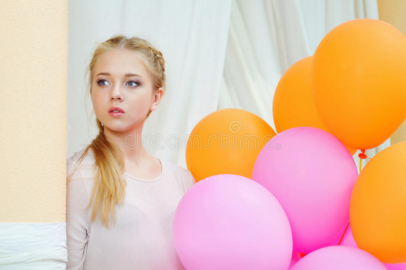 Portret van tedere jonge vrouw met ballons royalty-vrije stock afbeelding