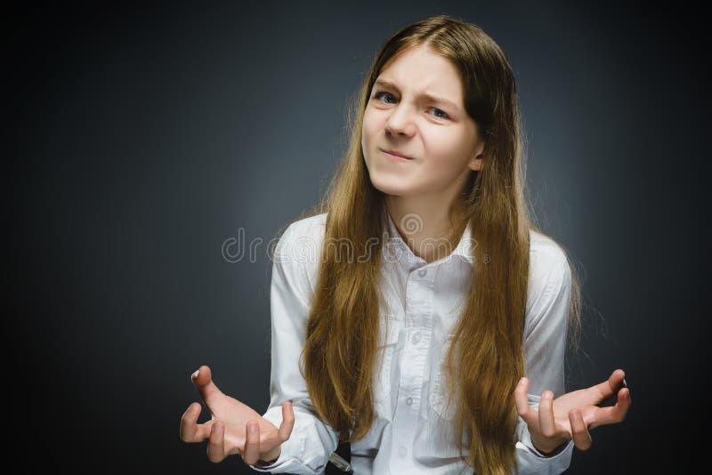 Portret van teleurgesteld die meisje op grijze achtergrond wordt geïsoleerd Negatieve menselijke emotie, gelaatsuitdrukking close royalty-vrije stock afbeelding