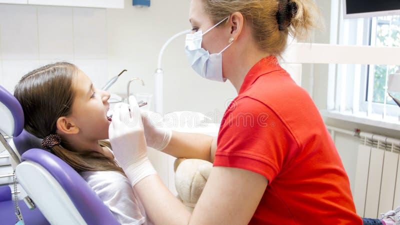 Portret van tiener bezoekende tandarts in tandbureau stock fotografie