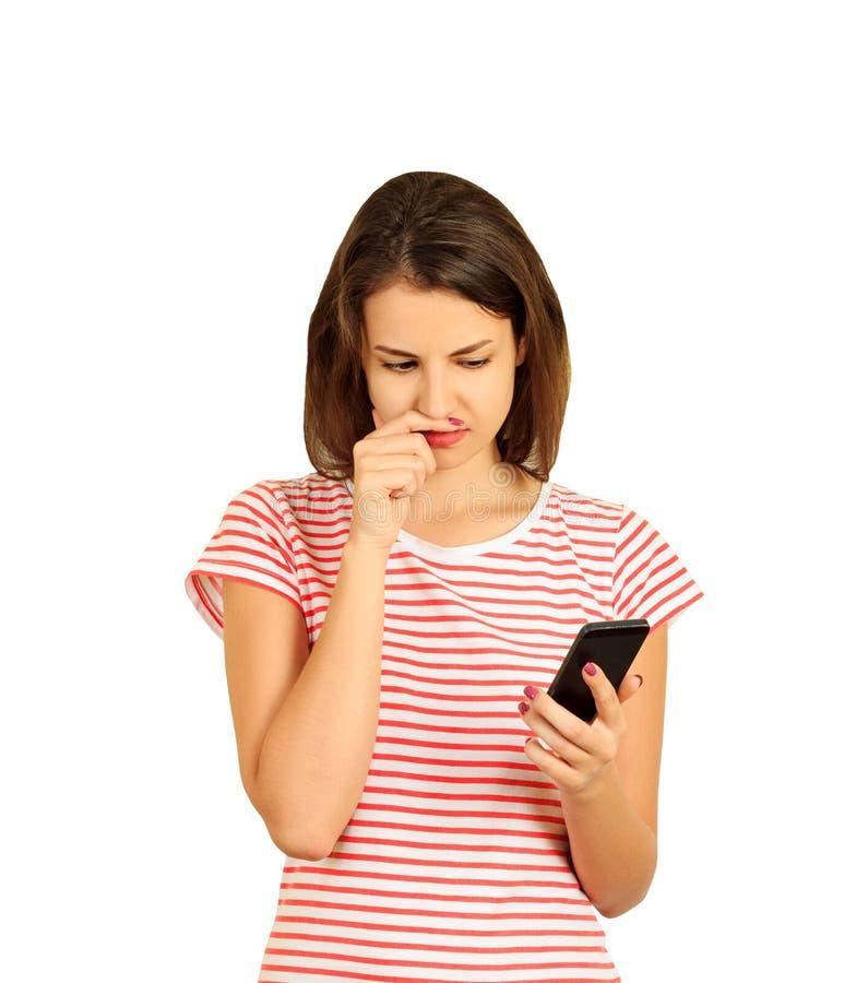 Portret van tiener het denken ernstig terwijl het houden van een cellphone emotioneel die meisje op witte achtergrond wordt geïso stock fotografie
