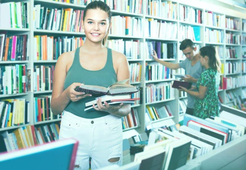 Portret van tienerklant die open boek status bekijken royalty-vrije stock afbeeldingen