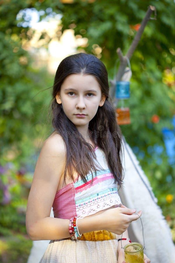 Portret van tienermeisje in de stijl van de de zomermanier royalty-vrije stock afbeeldingen