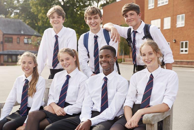 Portret van Tienerstudenten in Eenvormige Buitenschoolgebouwen royalty-vrije stock afbeeldingen