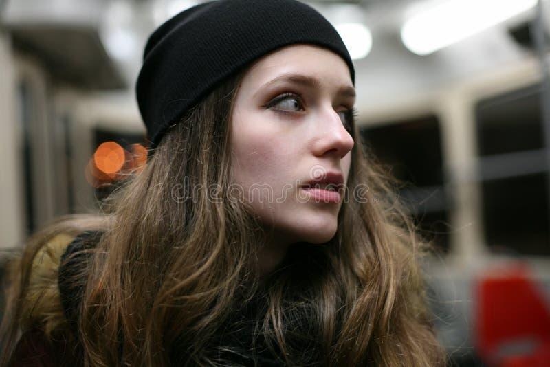 Portret van toevallig meisje hipster in openbaar vervoer royalty-vrije stock afbeeldingen