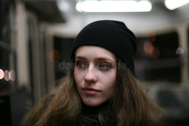 Portret van toevallig meisje hipster in openbaar vervoer royalty-vrije stock foto's