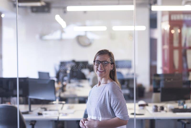 Portret van toevallige bedrijfsvrouw op kantoor royalty-vrije stock fotografie