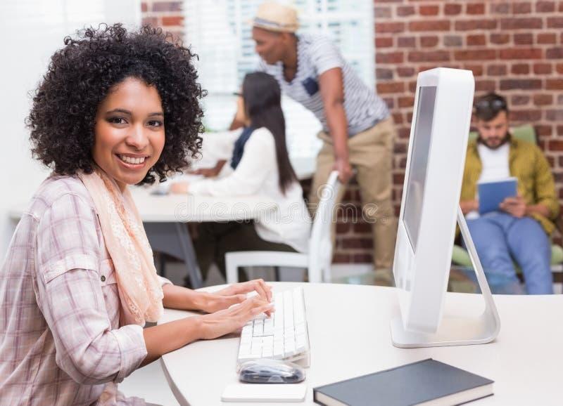 Portret van toevallige jonge vrouw die computer met behulp van royalty-vrije stock foto