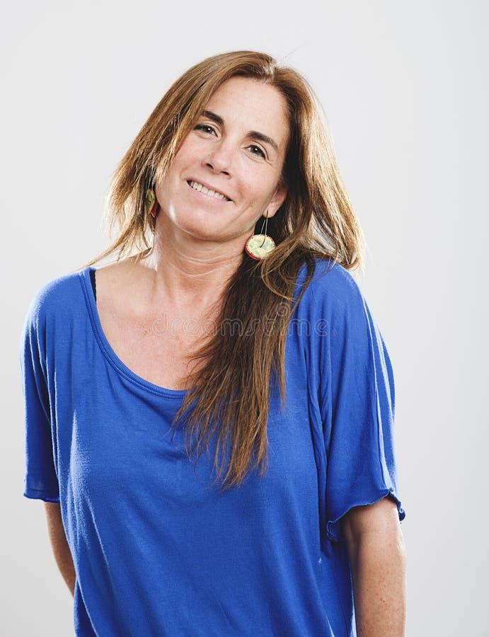 Portret van toothy glimlachende volwassen vrouw stock afbeeldingen