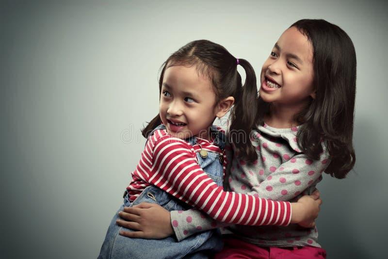 Portret van twee Aziatische kleine jonge geitjes met doen schrikken uitdrukking stock afbeeldingen