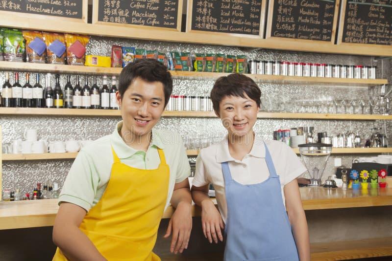 Portret van twee baristas bij een koffiewinkel, Peking royalty-vrije stock foto