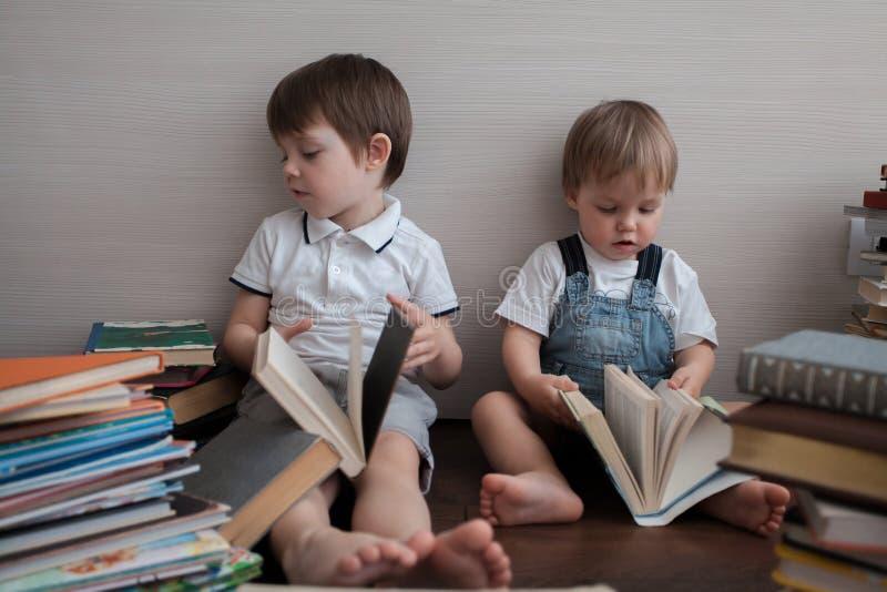 Portret van twee broers met boeken stock foto