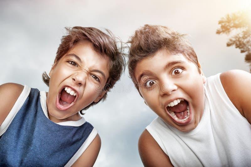 Portret van twee gekke jongens stock afbeelding