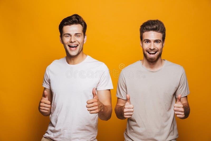 Portret van twee gelukkige jonge mensen beste vrienden royalty-vrije stock afbeeldingen