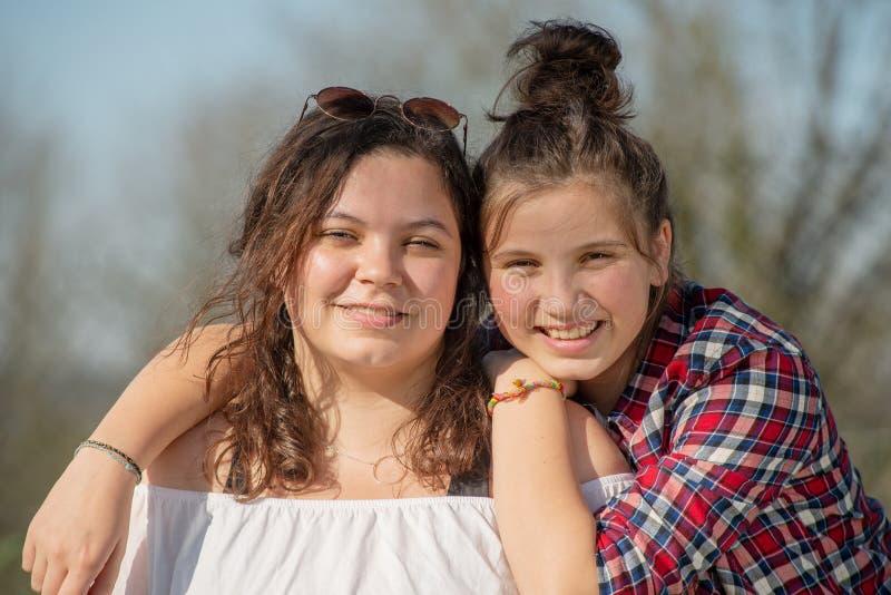 Portret van twee gelukkige zusters, in openlucht royalty-vrije stock afbeelding