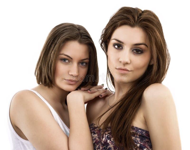 portret van twee glimlachende jonge vrouwelijke vrienden royalty-vrije stock foto