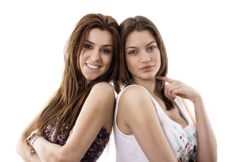 portret van twee glimlachende jonge vrouwelijke vrienden royalty-vrije stock foto's