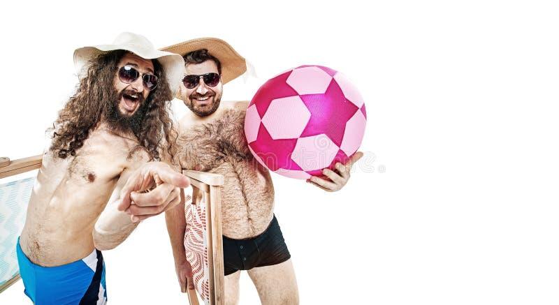 Portret van twee grappige vrienden op het geïsoleerde strand - royalty-vrije stock foto