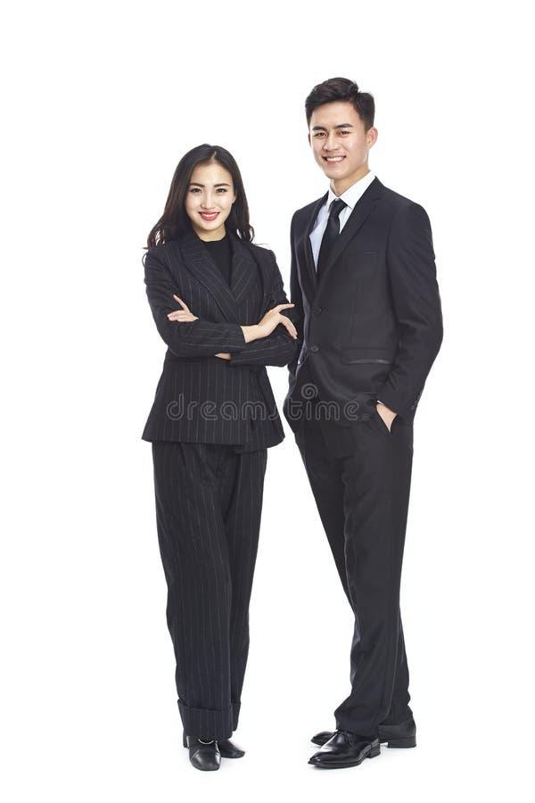Portret van twee jonge Aziatische collectieve stafmedewerkers royalty-vrije stock afbeelding