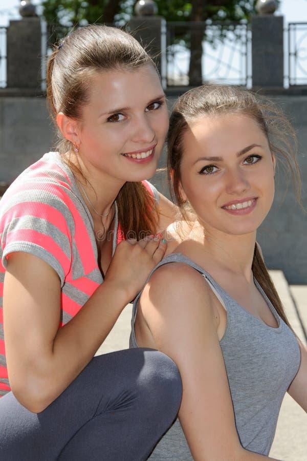 Portret van twee jonge vrouwenvrienden die glimlachen stock afbeelding