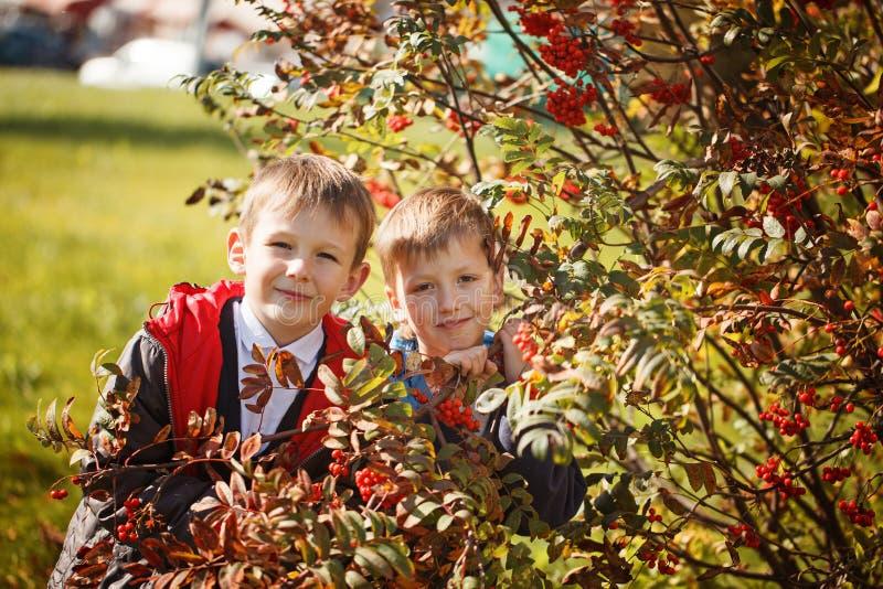 Portret van twee jongens, broers en het beste vrienden glimlachen Vrienden het koesteren stock foto
