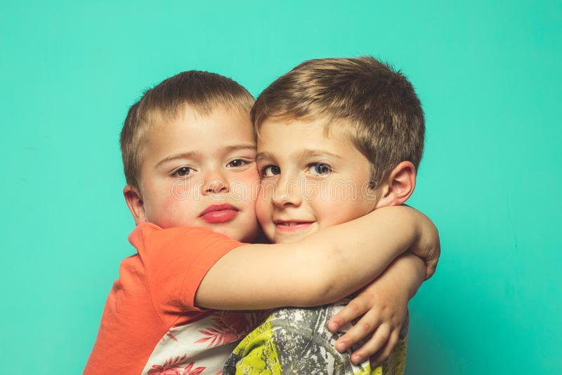Portret van twee kinderen die elkaar koesteren stock afbeeldingen