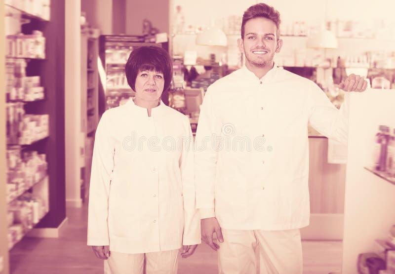 Portret van twee lachende apothekers stock afbeelding