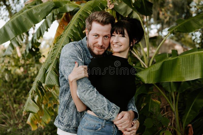 Portret van Twee Leuk Modern Kaukasisch Mooi Jong Volwassen Guy Boyfriend Lady Girlfriend Couple die en in Liefde in Na koesteren royalty-vrije stock fotografie