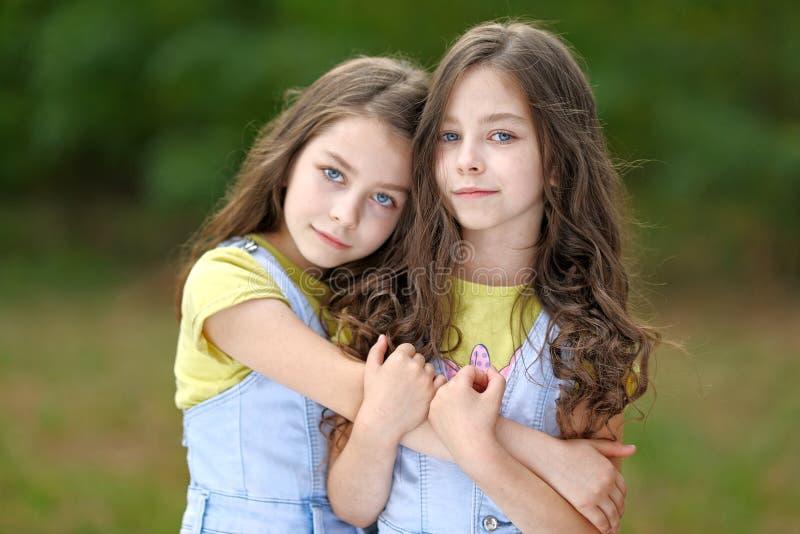 Portret van twee meisjes stock afbeelding