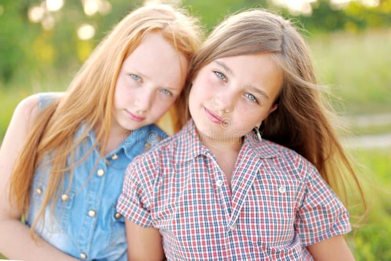 Portret van twee meisjes stock foto