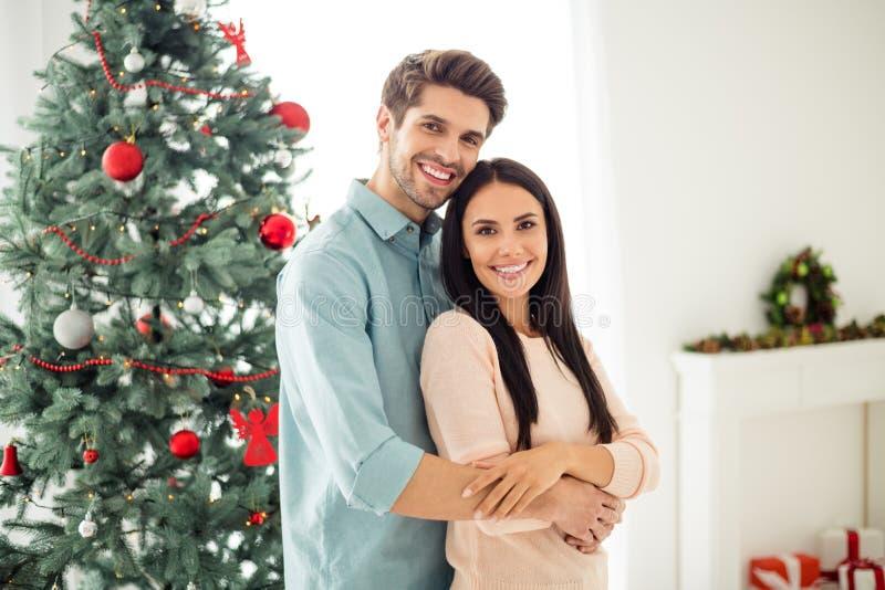 Portret van twee mensen die een charmante koppel met een braamhaar knuffelen, voelt romantiek genieten van kerstvakanties met ker stock foto