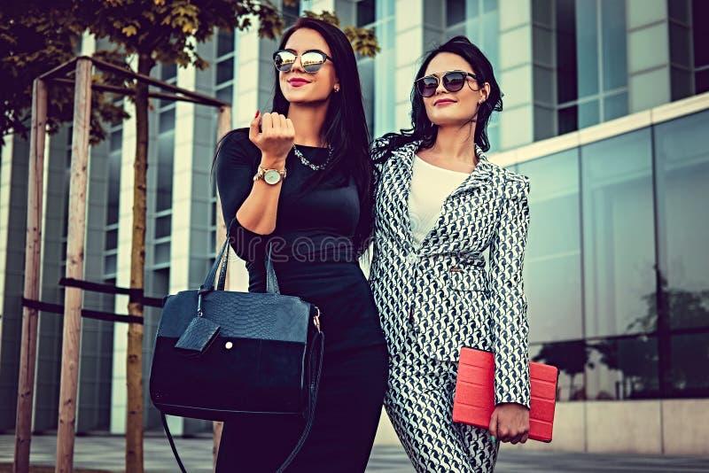 Portret van twee modieuze vrouwen op een straat stock afbeeldingen